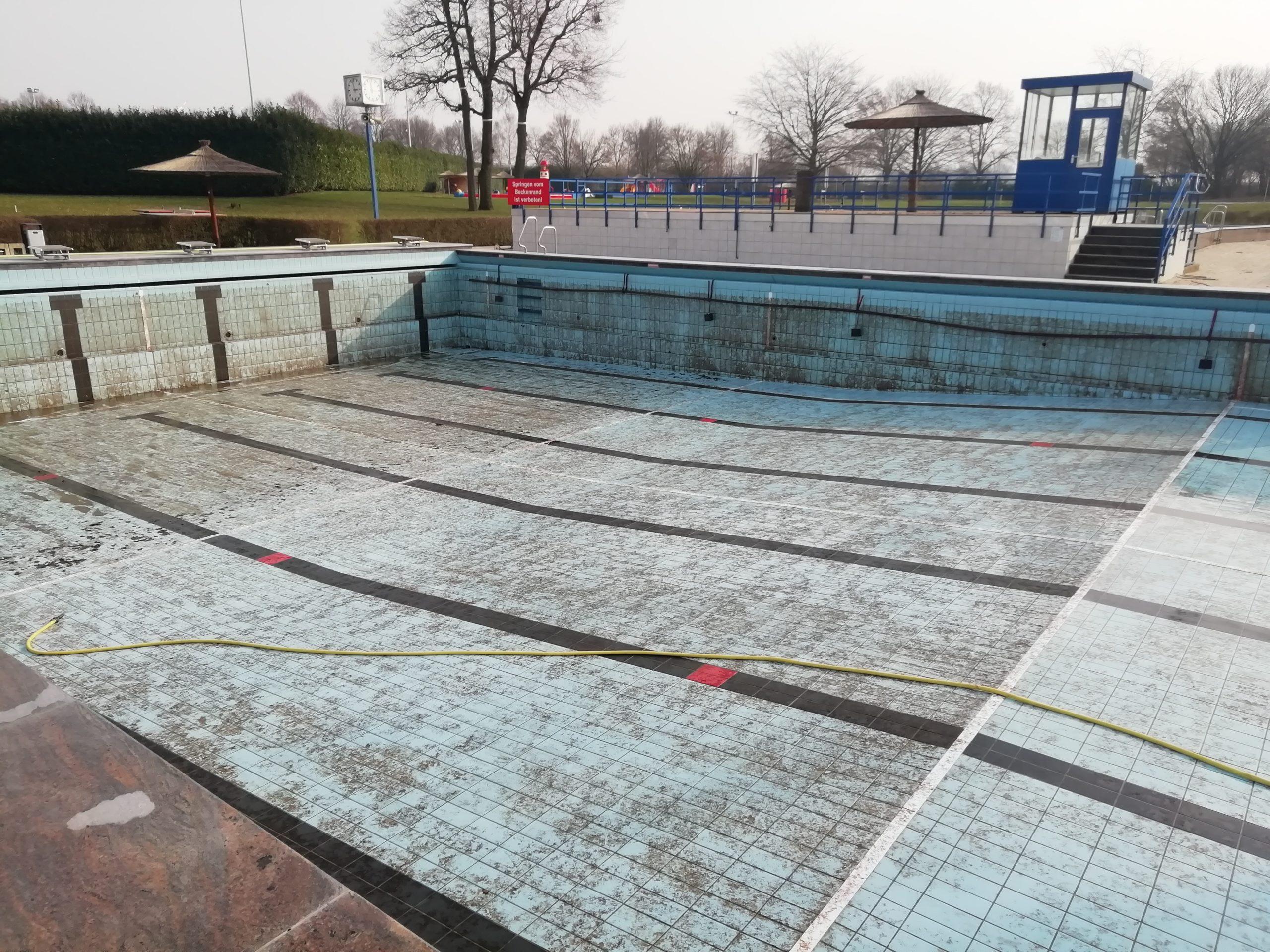 Das Schwimmerbecken währen der Reinigungsarbeiten